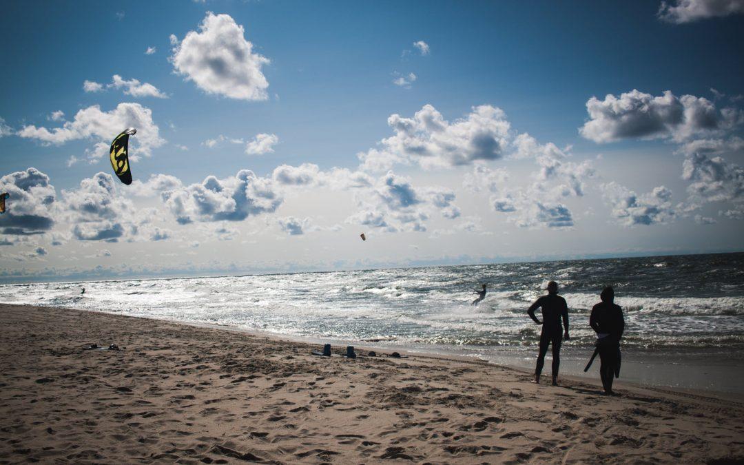 ¿Cómo puedo aprender a practicar kitesurf?
